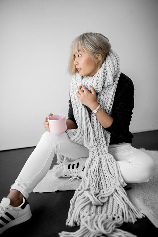 The Best Outfit Ideas Of The Week: Fashion blogger 'Beige Renegade' wearing a grey sweater, a grey chunky knit scarf, white skinny jeans and white sneakers (adidas superstars). Fall outfit, winter outfit, comfy outfit, minimal outfit, sneakers outfit, casual outfit, school outfit, athleisure outfit, black and white outfit.